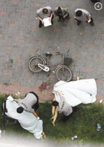 Gli amanti cinesi dopo lo schianto, coperti da un velo bianco