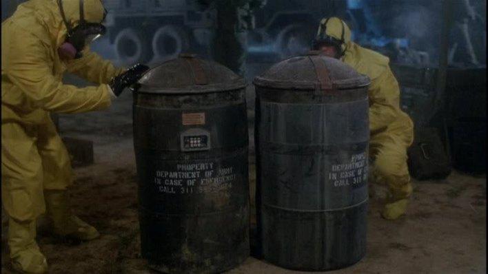 lo_sapevi_che_il_ritorno_dei_morti_viventi_10_cose_che_forse_non_sapevi_sul_film_the_return_of_the_living_dead-1985-dan-obannon-trioxin_barrels