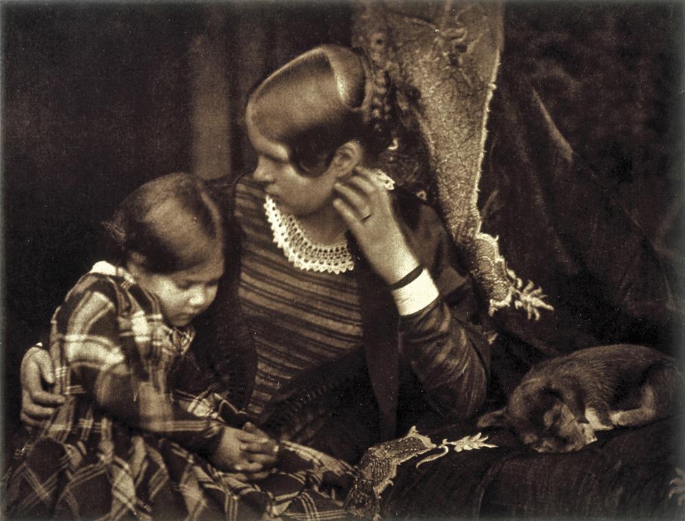 Hill & Adamson – Miss Farnie, con la figlia Harriet e un cucciolo che dorme: ca. 1845
