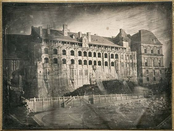H. Bayard: Chateau de Blois. Facciata prospiciente la piazza della chiesa dei Gesuiti; 1843 (dagherrotipo)