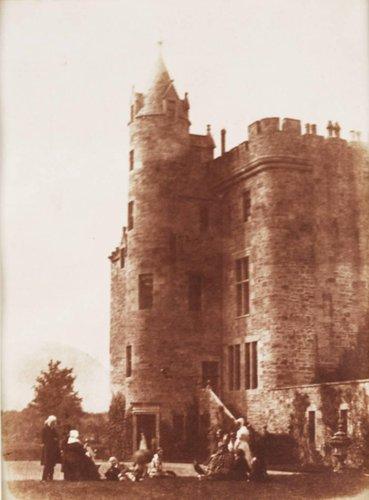 Hill & Adamson: Bonaly Towers. Nel gruppo di persone ci sono John Henning, Mrs. Cockburn, Mrs. Cleghorn and D.O. Hill; 1843-47