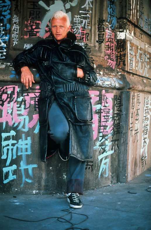 blade-runner-1982-010-rutger-hauer-against-graffiti-wall