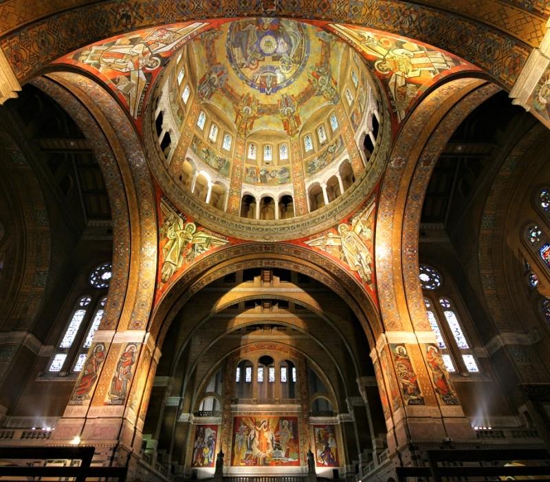 Lo scenografico interno della basilica di Santa Teresa a Lisieux