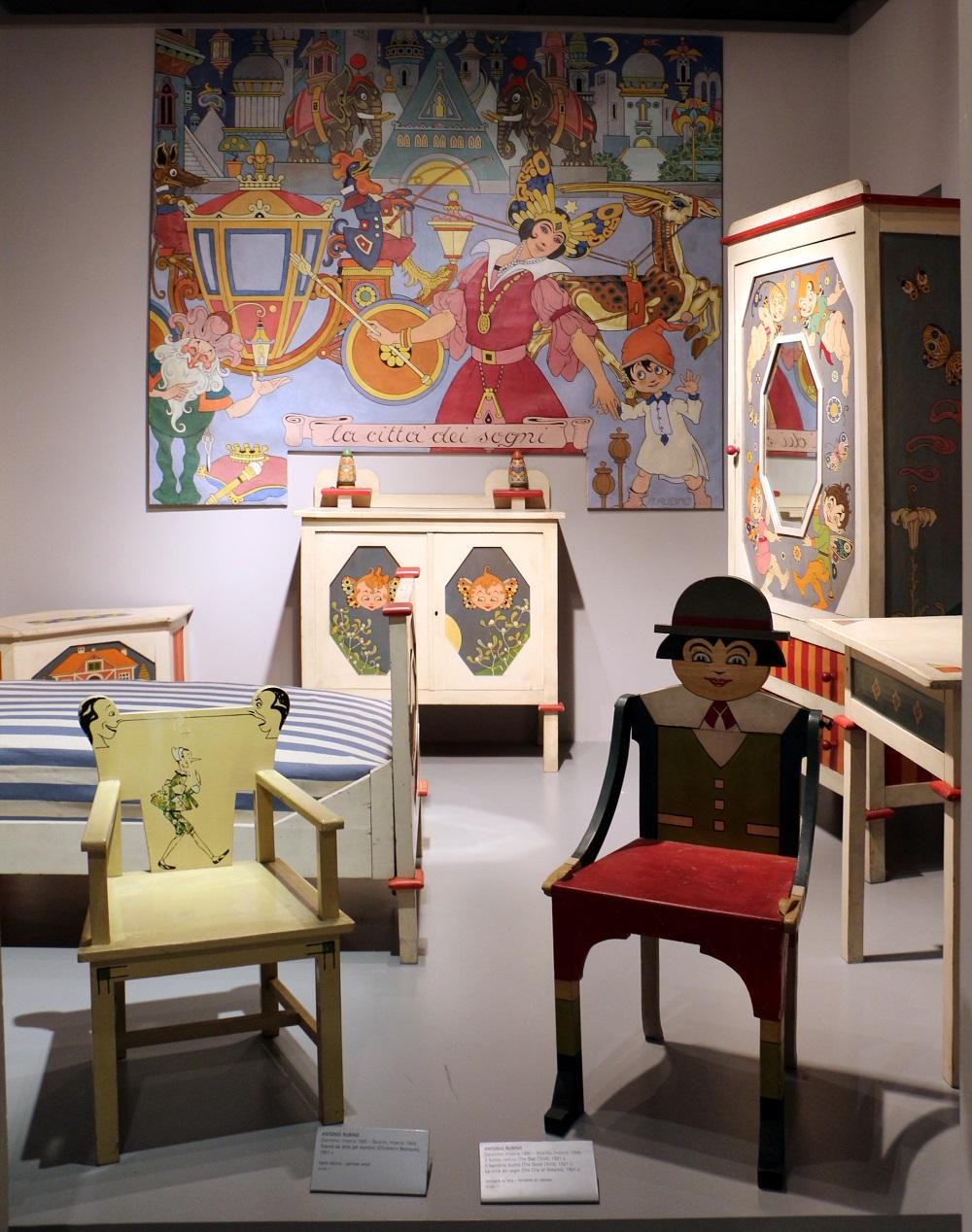 Rubino: camera per bambini, circa 1922, esposta alla galleria Wolfsoniana di Genova Nervi. Alcuni particolari